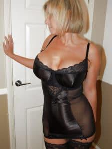 Cougar provocatrice te veut pour une soirée libertine