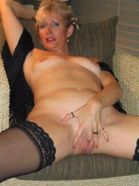 Anne-Marie, femme cougar attend des propositions d'hommes jeunes